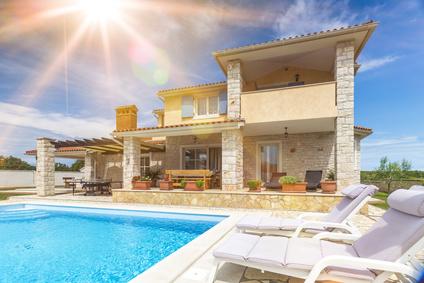 Devenir propriéatire d´une magnifique villa avec piscine sur la Costa Dorada en Espagne avec Acheter Malin Costa Brava, chasseur immobilier.
