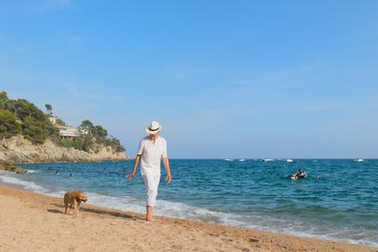 Retraité français se promenant sur la plage en Costa Brava